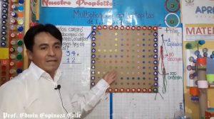 Registro de iniciativas pedagógicas: profesor enseña matemáticas con tapas de botella recicladas